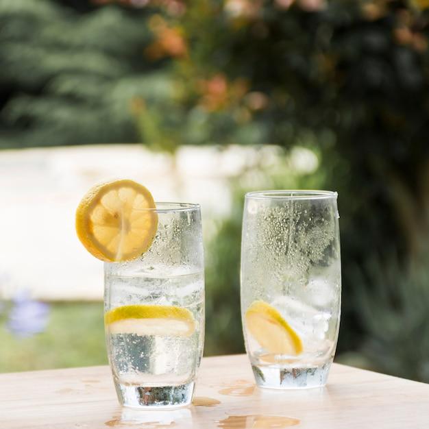 冷たい飲み物と氷のグラスにフルーツのスライス 無料写真