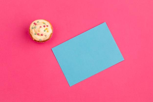 紙の近くの新鮮なおいしいカップケーキ 無料写真