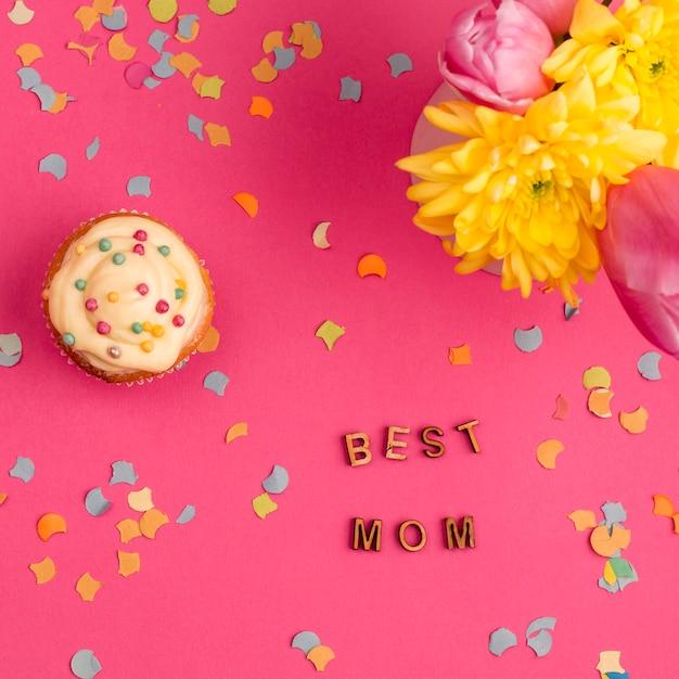 カップケーキと花の近くの最高のお母さんの言葉 無料写真