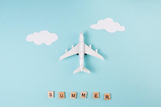 Игрушечный самолетик из бумаги облака и буквы Бесплатные Фотографии