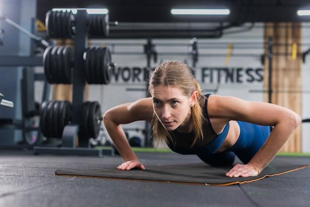 Женщина работает в тренажерном зале Бесплатные Фотографии