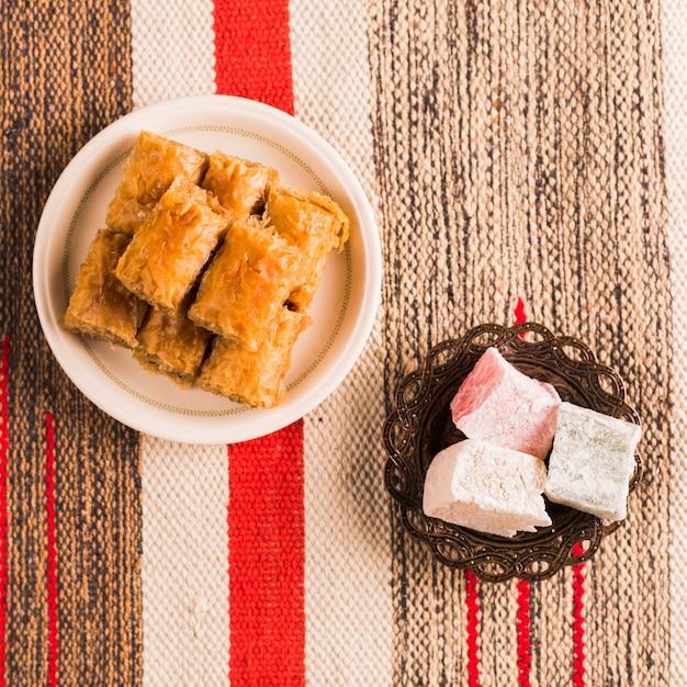 受け皿のバクラヴァとトルコ料理 無料写真