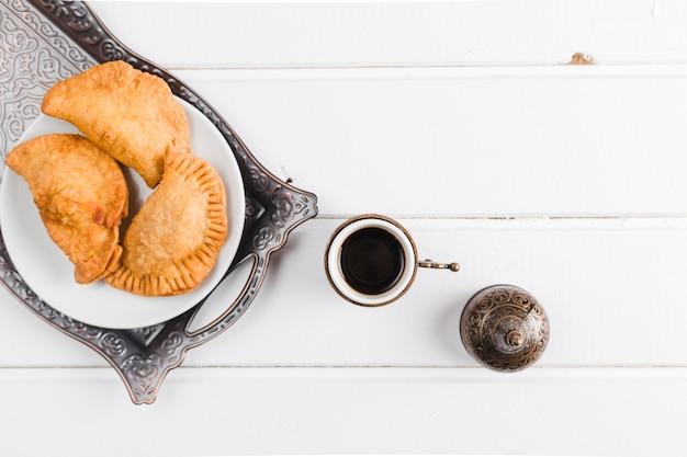 Турецкий кофе и пирожки на подносе Бесплатные Фотографии
