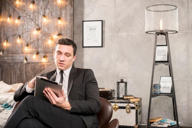 タブレット閲覧のスーツのビジネスマン 無料写真