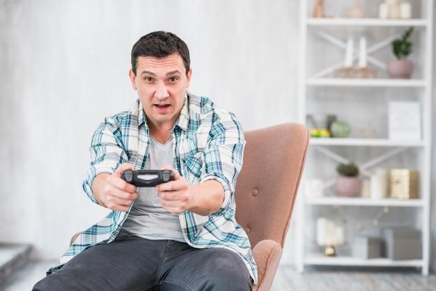 ゲームパッドで遊ぶ夢中になる男 無料写真