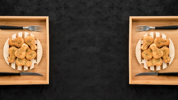 Блюда из куриных наггетсов на черном гранж-столе Бесплатные Фотографии