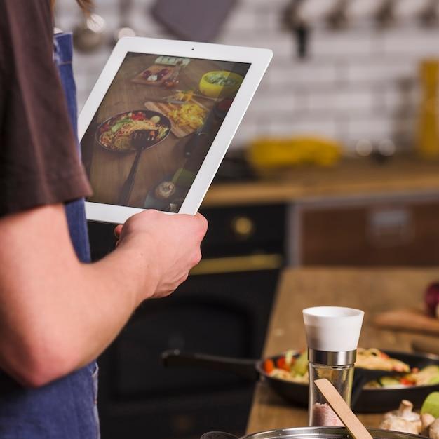 完成した食事の写真を作る男 無料写真