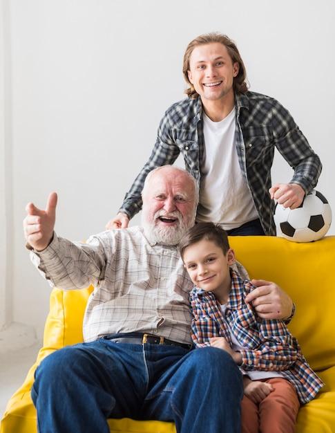 息子と孫のウォッチングゲームで祖父 無料写真