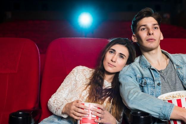 映画館のカップル 無料写真