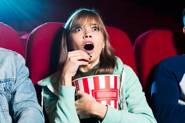 映画館で叫んでいる女の子 無料写真