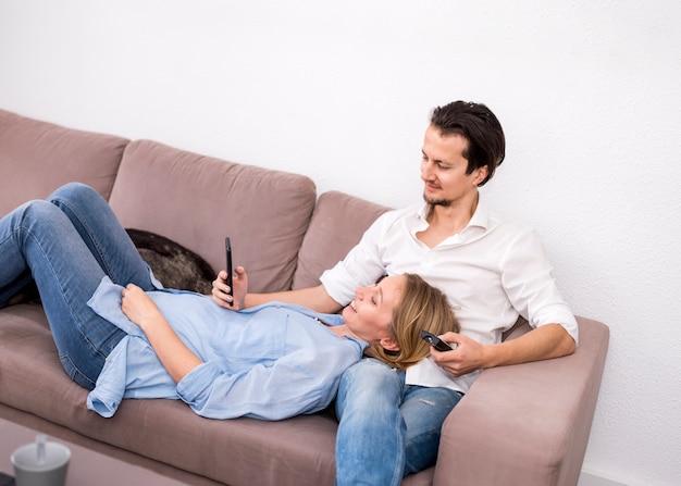 自宅で幸せなカップルの肖像画 無料写真