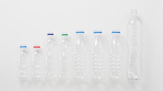 灰色の背景上のペットボトルの様々な種類 無料写真