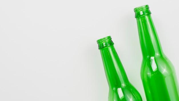 Стеклянные бутылки на сером фоне Бесплатные Фотографии