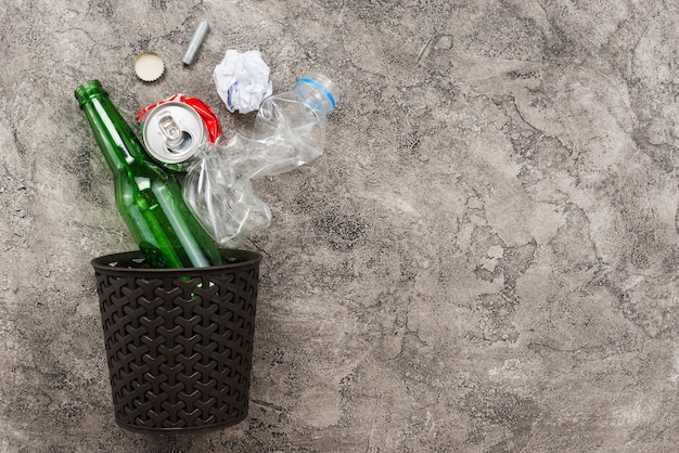 ビンとゴミが落ちる 無料写真