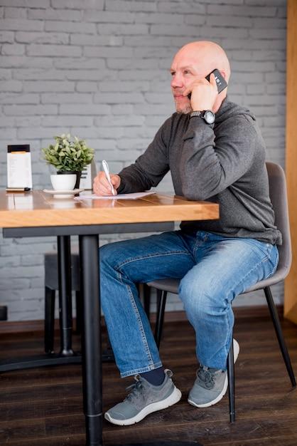 電話で話している老人 無料写真