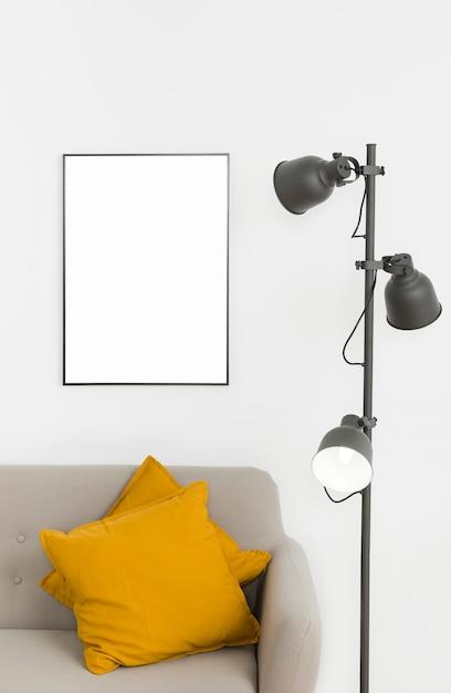 Декоративная лампа с пустой рамой и диваном Бесплатные Фотографии