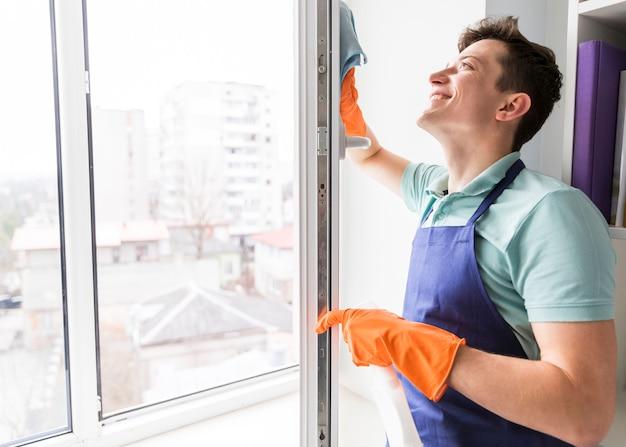 男は窓を掃除 無料写真
