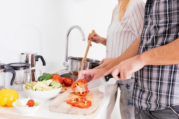Крупным планом пара готовит еду на кухне Бесплатные Фотографии