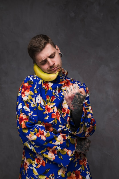 電話ではなくバナナを持って面白いスマイリー男 無料写真