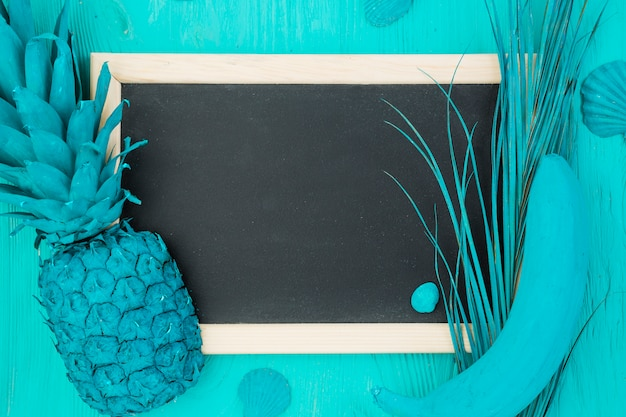 紺碧の果物と黒板を描いた 無料写真