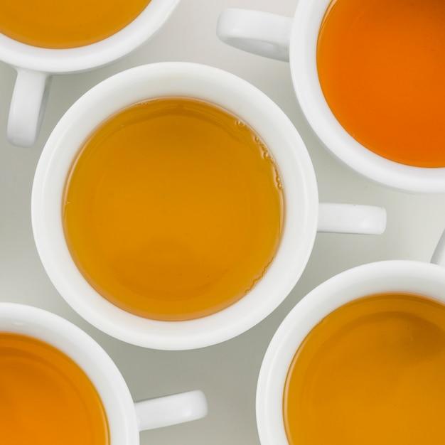 白いカップのハーブティーの俯瞰 無料写真