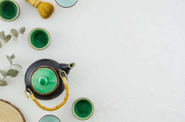 Набор азиатских травяного чая с чайной кистью на белом фоне Бесплатные Фотографии
