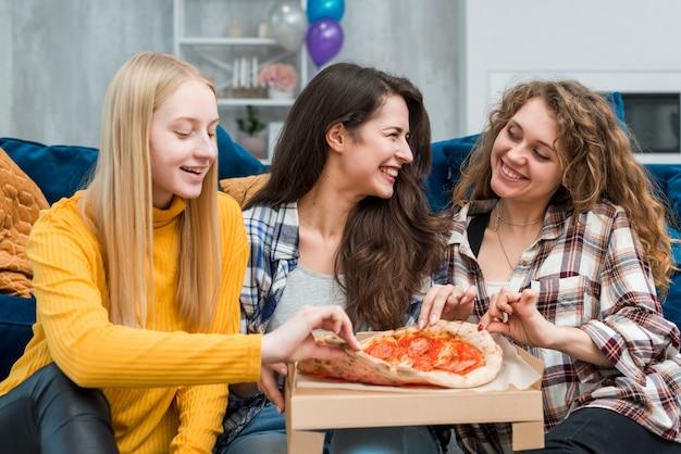 ピザを食べている友人 無料写真