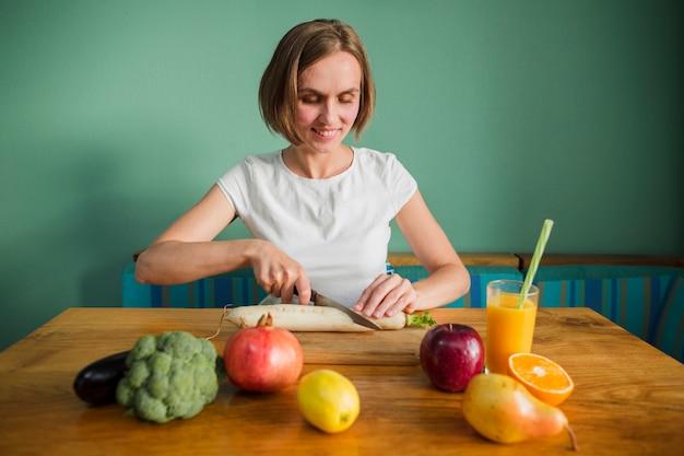 食べ物を持つ女性 無料写真