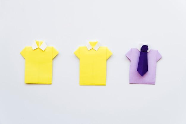 Сделай сам желто-фиолетовая рубашка на белом фоне Бесплатные Фотографии