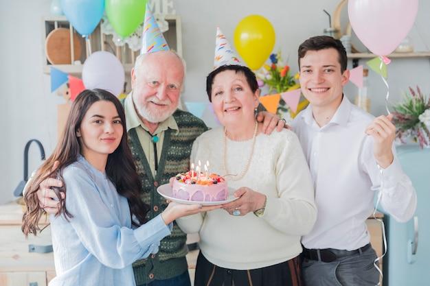 Старшие люди празднуют день рождения Бесплатные Фотографии