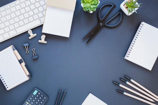 電卓とキーボードの近くのひな形 無料写真