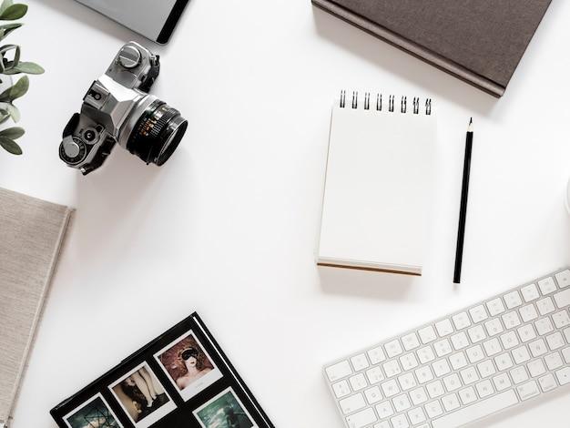 Рабочий стол с ноутбуком и фотоаппаратом Бесплатные Фотографии