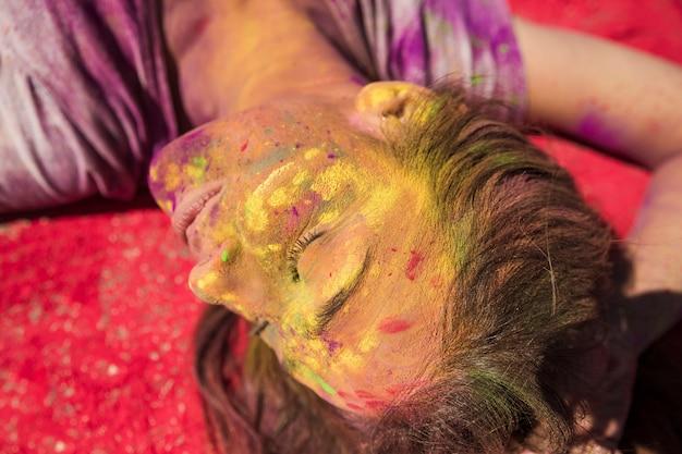 ホーリーカラーで覆われている若い女性の顔のクローズアップ 無料写真