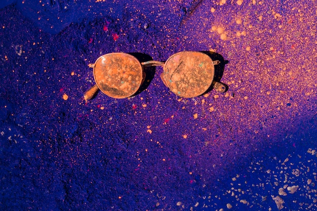 サングラスの上のオレンジ色のホーリーカラー 無料写真