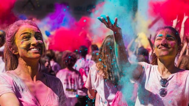 ホーリー色で遊んで幸せな若い女性 無料写真