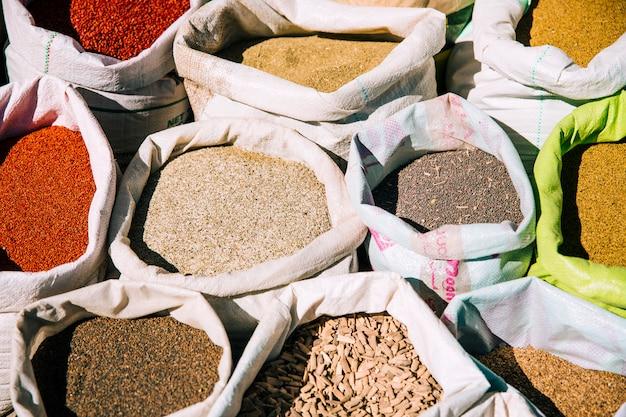 モロッコの市場でスパイス 無料写真