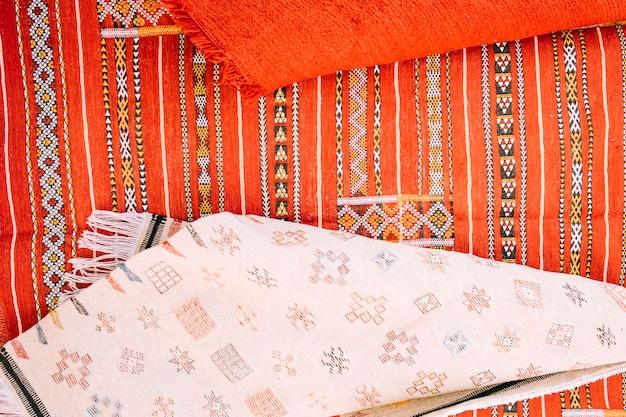 モロッコの市場でのカーペット 無料写真