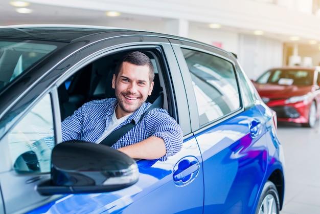 Человек в машине в автосалоне Бесплатные Фотографии
