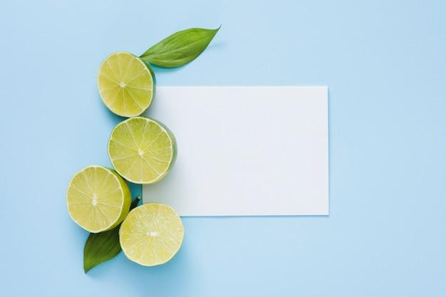 Вид сверху лимоны с бумагой Бесплатные Фотографии