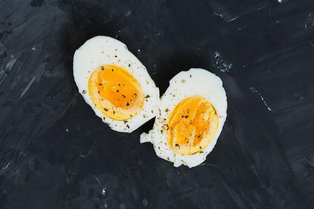 ゆで卵を朝食します。 無料写真