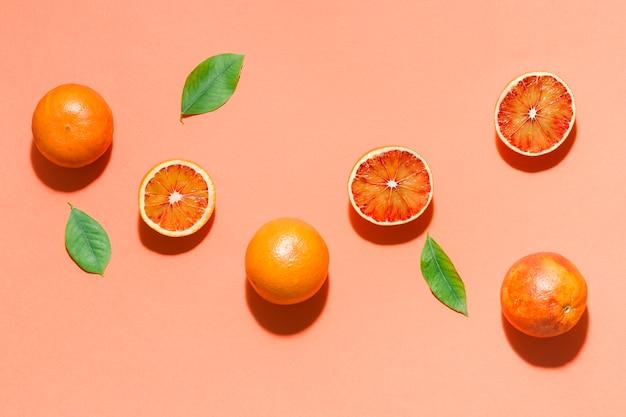 Вид сверху апельсины с листьями Бесплатные Фотографии