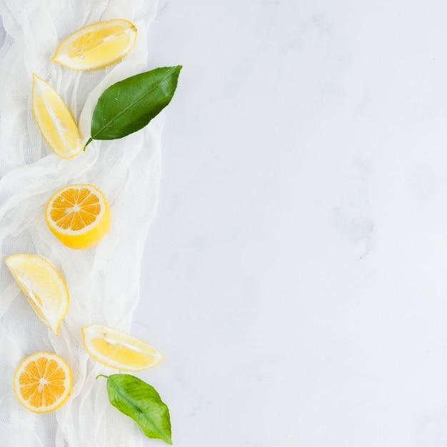 Вид сверху лимоны с листьями Бесплатные Фотографии