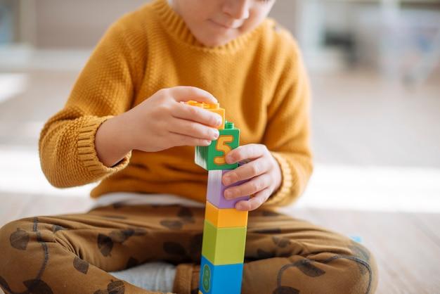 Малыш играет с кубиками Бесплатные Фотографии
