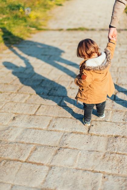 Малыш играет на улице Бесплатные Фотографии