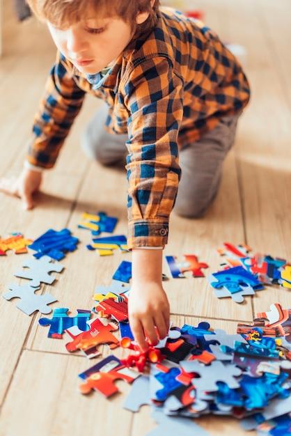 Малыш играет с пазлом Бесплатные Фотографии
