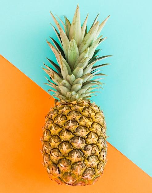 色とりどりの背景にジューシーなパイナップル 無料写真