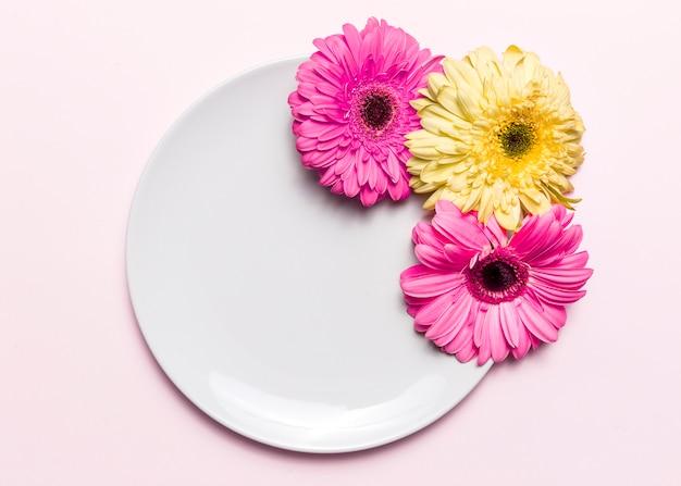 花とプレート 無料写真