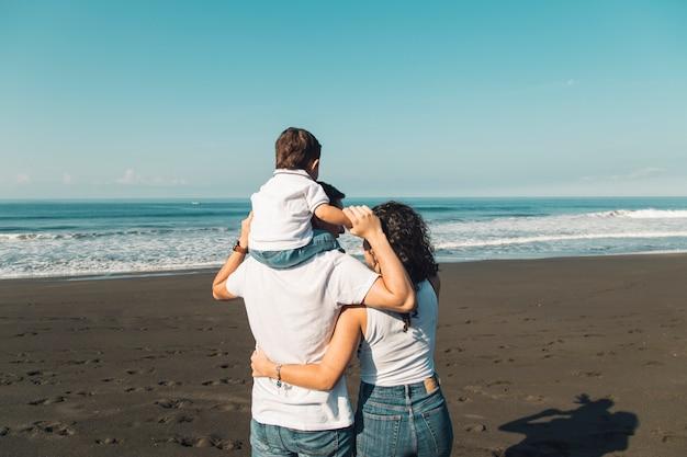 海の景色を楽しみながら家族 無料写真