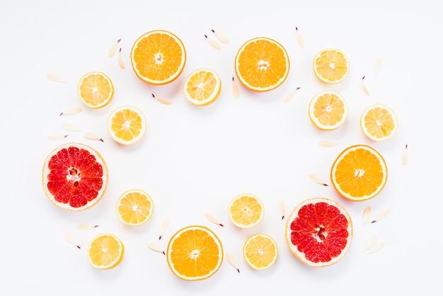 花びらと有機柑橘系の果物のカット 無料写真