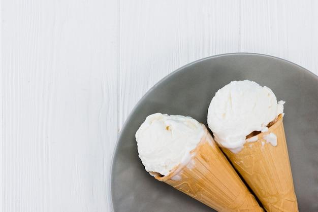 Вкусные мороженое на тарелку на деревянный стол Бесплатные Фотографии